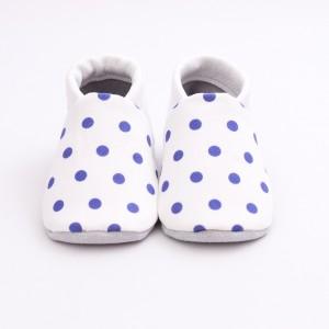 chaussons bébé blancs à pois bleus face