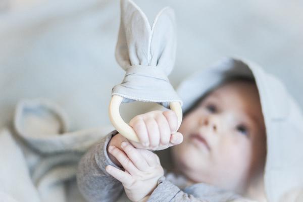 Anneau de dentition à oreilles gris avec bébé