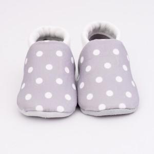 chaussons bébé gris à pois blancs face
