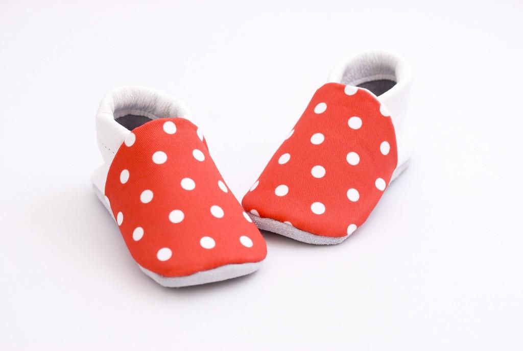 chaussons bébé rouges à pois blanc 4