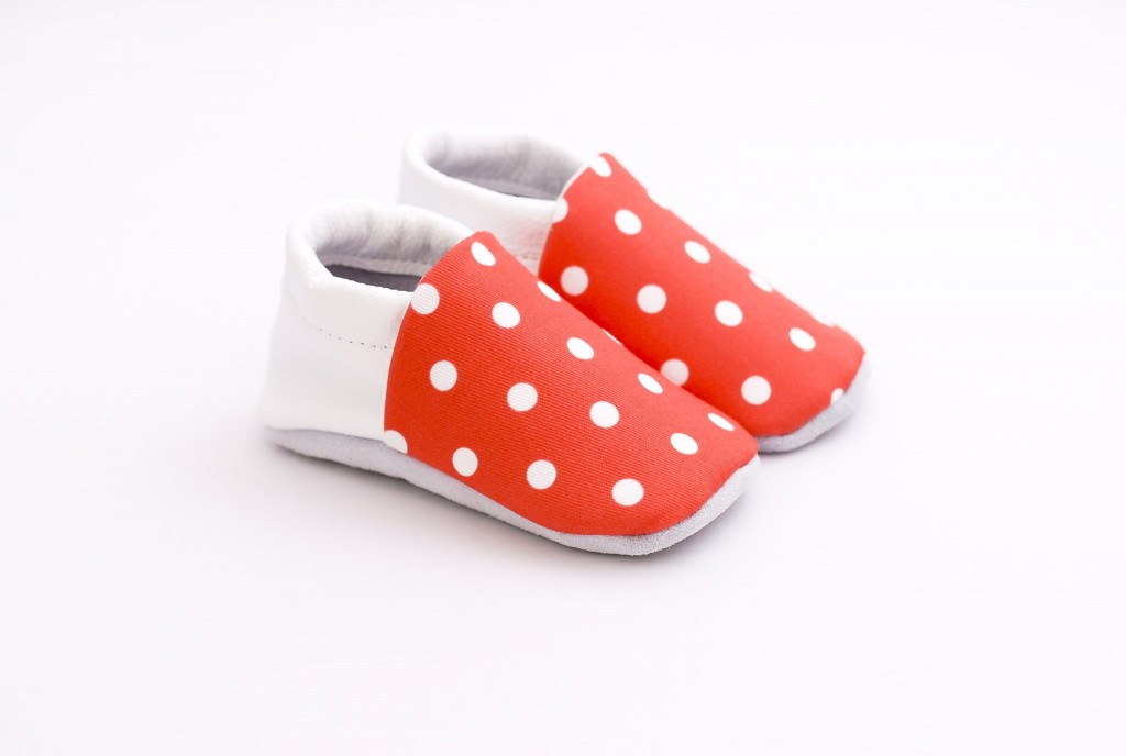 chaussons bébé rouges à pois blanc 2